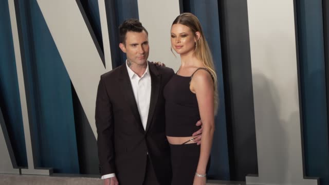 stockvideo's en b-roll-footage met behati prinsloo and adam levine at vanity fair oscar party at wallis annenberg center for the performing arts on february 09 2020 in beverly hills... - vanity fair
