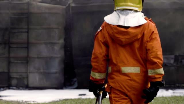 消防士の背後にあります。 - 緊急用具点の映像素材/bロール