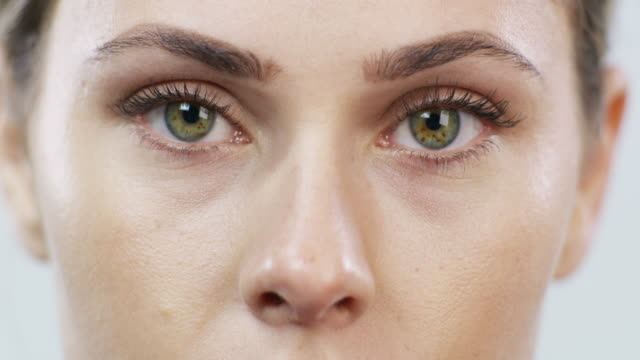 vídeos de stock, filmes e b-roll de atrás dos olhos dela há uma bela história - olhos verdes