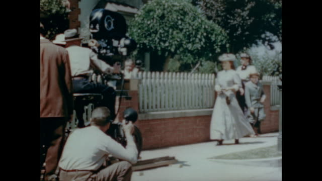 vídeos de stock, filmes e b-roll de 1947 behind the scenes at rko film lot watching the making of 'baltimore escapades' (released as 'adventure in baltimore') - atriz