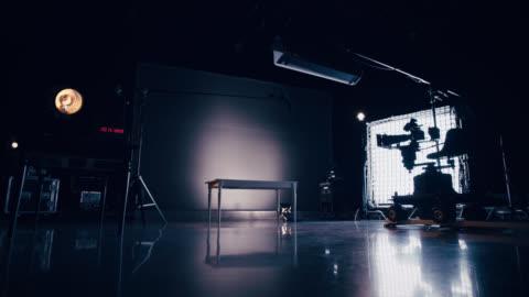 vídeos y material grabado en eventos de stock de behind the scenes film set - reflector luz eléctrica