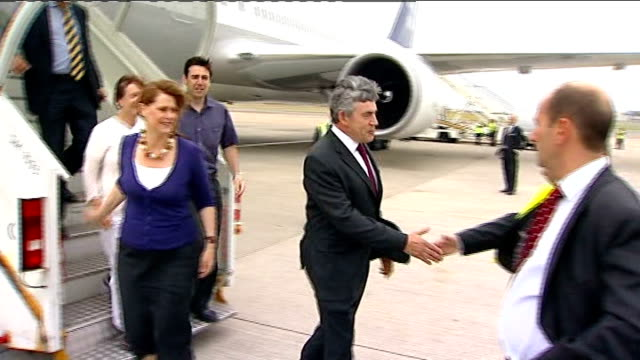 gordon brown returns from beijing england london heathrow airport ext gordon brown mp and his wife sarah brown disembarking from plane and being... - 2012年ロンドン夏季オリンピック点の映像素材/bロール