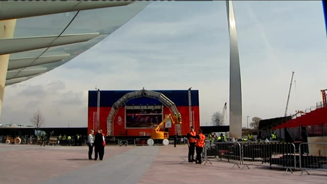 beijing 2008 olympic games: london torch relay preparations; england: london: greenwich: ext workres setting up area for reception of olympic flame... - 2008年北京夏季オリンピック点の映像素材/bロール