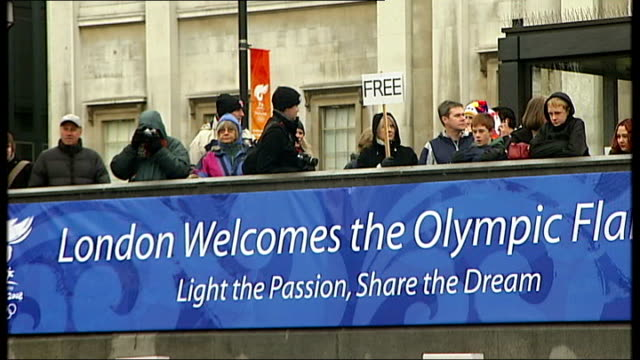 beijing 2008 olympic games: olympic torch procession: celebrations and protests on trafalgar square and whitehall; * * music heard during the... - 2008年北京夏季オリンピック点の映像素材/bロール