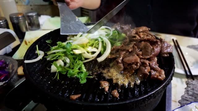 vídeos de stock, filmes e b-roll de churrasco de beijing - espátula