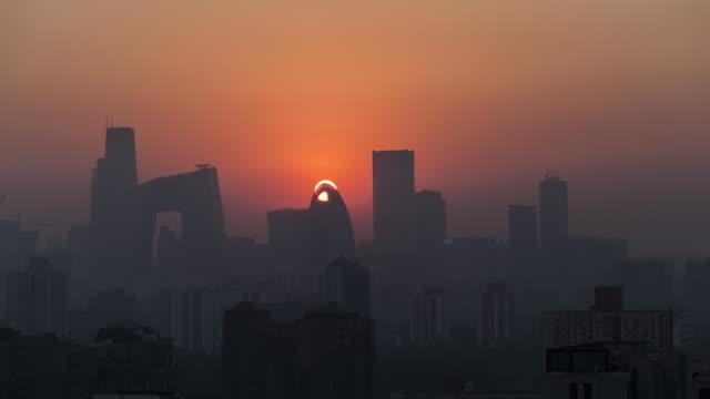 beijing guomao cbd sunset time lapse - スモッグ点の映像素材/bロール