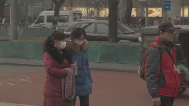 vidéos et rushes de beijing in the smog - masque de protection