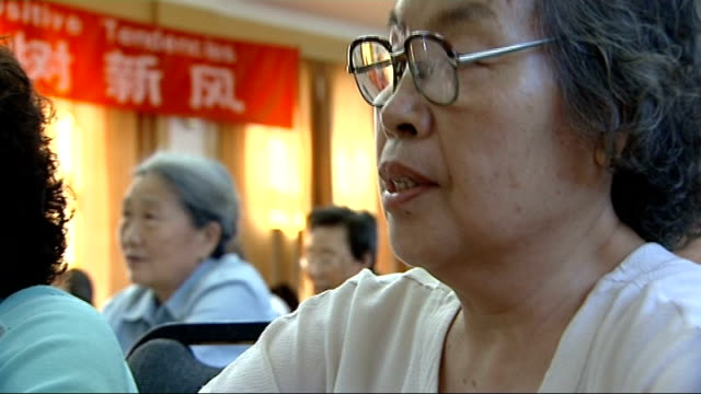 beijing olympic games 2008: residents learning polite english phrases; close shot of students chanting english phrases sot more general views of... - 2008年北京夏季オリンピック点の映像素材/bロール