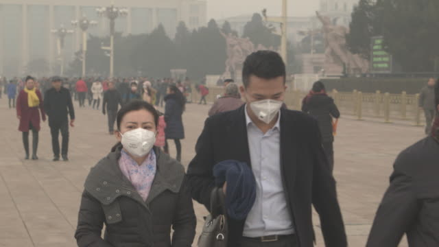 beijing people wearing pollution masks - 保護マスク点の映像素材/bロール