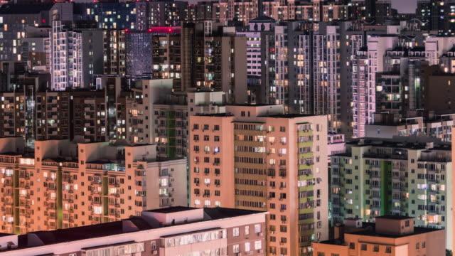 vidéos et rushes de t/l ha pan beijing quartier résidentiel cityscape nuit / pékin, chine - rougeoyer
