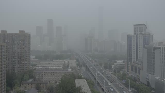 beijing smog - verkehr im zeitraffer stock-videos und b-roll-filmmaterial