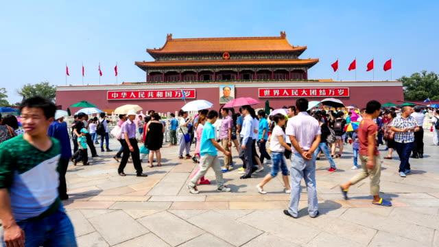 vídeos de stock, filmes e b-roll de beijing tiananmen square in front of crowd - portão da paz celestial de tiananmen