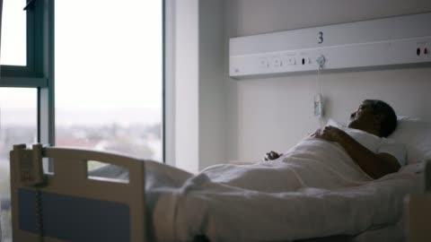 vídeos y material grabado en eventos de stock de estar en el hospital deja uno con mucho en qué pensar - enfermedad de alzheimer