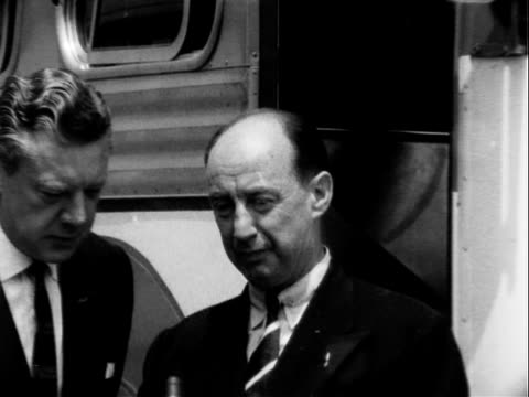 vidéos et rushes de stevenson being interviewed outside campaign bus the day before the california primary adlai stevenson being interviewed about presidential election... - adlai stevenson