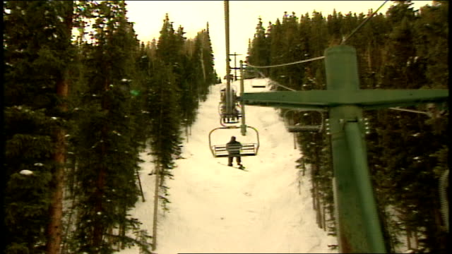 vídeos de stock e filmes b-roll de pov of being on ski lift in telluride colorado - roupa de esqui