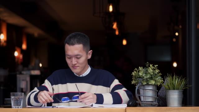 ausdauer ist der schlüssel zum erfolg - east asian ethnicity stock-videos und b-roll-filmmaterial