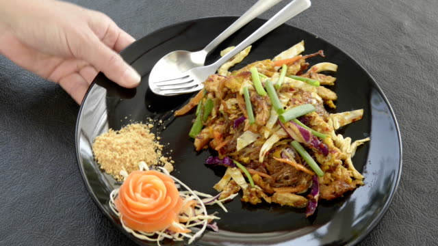 vidéos et rushes de being serve dish of pad thai, fried noodles is a traditional thai food - assiette