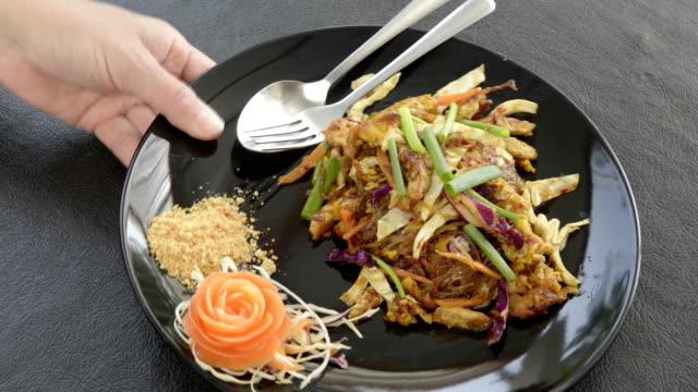 vidéos et rushes de being serve dish of pad thai, fried noodles is a traditional thai food - service