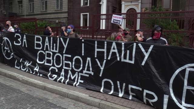 vídeos y material grabado en eventos de stock de belarusians who living in ukraine and ukrainians who support attend a rally with demand not recognize of election results near the belarus embassy in... - bielorrusia