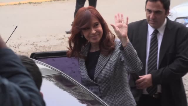 beleaguered ex-president cristina kirchner arrives for a court appearance to answer questions relating to a money laundering case a day after an... - früherer stock-videos und b-roll-filmmaterial