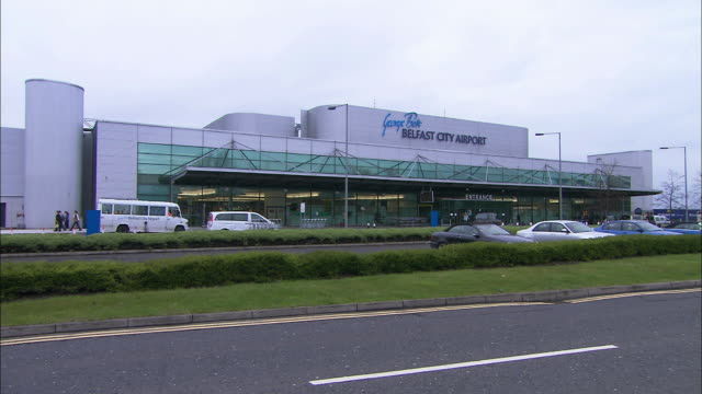 vídeos de stock e filmes b-roll de belfast city airport, northern ireland - belfast