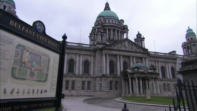 belfast city hall and welcome sign, northern ireland - 北アイルランド点の映像素材/bロール