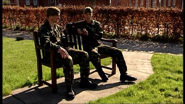 vídeos y material grabado en eventos de stock de belfast ext private alex kennedy 2nd battalion the mercian regiment sitting on bench chatting with captain andy bell - regimiento