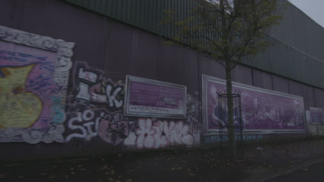 stockvideo's en b-roll-footage met belfast graffiti walls - omwalling