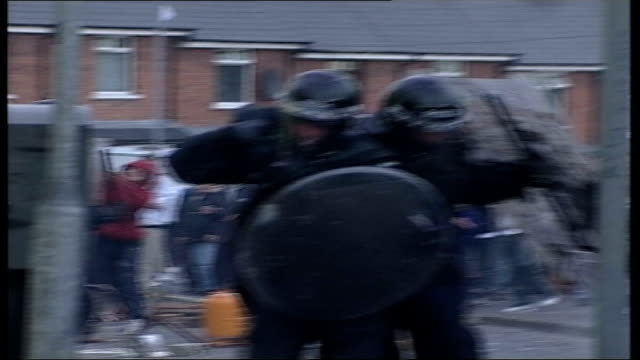 vídeos de stock e filmes b-roll de belfast sectarian riots northern ireland belfast ardoyne ext bv riot police talking to local people in road bv man headbutts billy hutchinson lms... - belfast