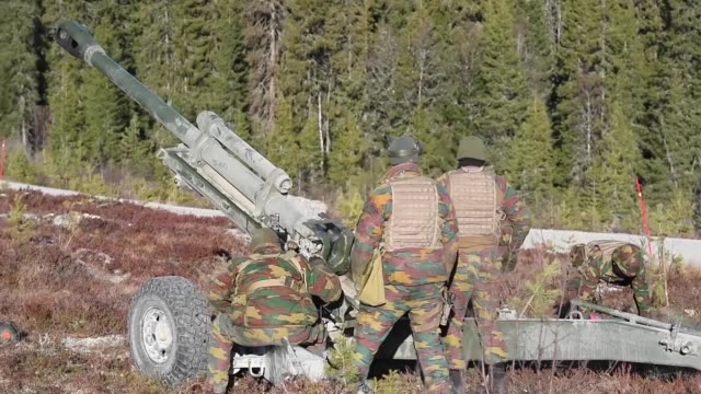 belgian and norwegian artillery soldiers train with howitzers at the rena firing range, norway on october 28, 2018 during exercise trident juncture... - howitzer stock videos & royalty-free footage