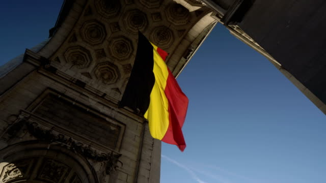belgian flag in arcade du cinquantenaire - regione di bruxelles capitale video stock e b–roll