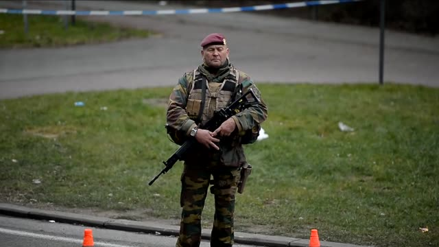 vidéos et rushes de belgian security forces tighten security measures at the brussels airport following the multiple blasts in brussels belgium on march 24 2016 - belgique