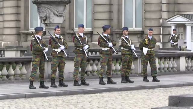belgian soldiers outside of the royal palace of brussels in brussels belgium - music or celebrities or fashion or film industry or film premiere or youth culture or novelty item or vacations bildbanksvideor och videomaterial från bakom kulisserna
