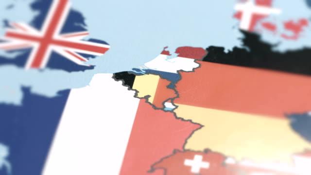belgien grenzt nationalflagge auf weltkarte - europa kontinent stock-videos und b-roll-filmmaterial
