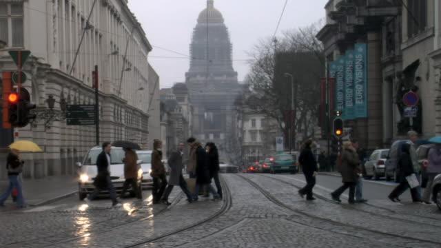 ms, belgium, brussels, traffic on street in rainy day - railway track点の映像素材/bロール
