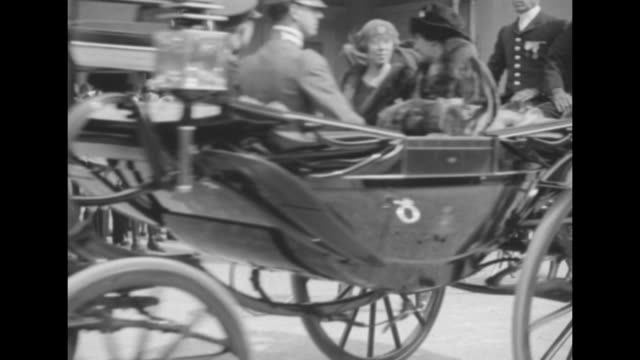 vidéos et rushes de belgium's king albert i steps into open carriage followed by italy's king victor emmanuel iii they pull up lap blanket / ls queens elena of italy and... - belgique