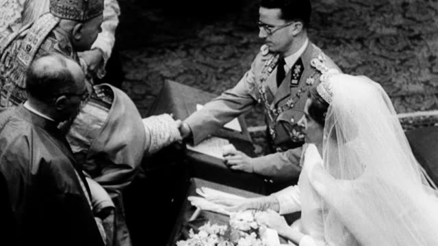 vídeos de stock e filmes b-roll de belgium's king baudouin marries spain's dona fabiola as they kneel before priest and shake hands with him king baudouin marries dona fabiola on... - rei