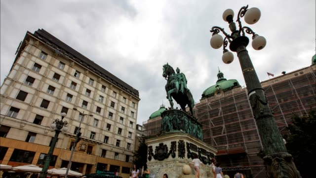 vídeos de stock, filmes e b-roll de belgrade city square (low angle wiew) - cultura do leste europeu