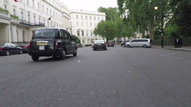 vidéos et rushes de belgrave square, driving pov. - taxi