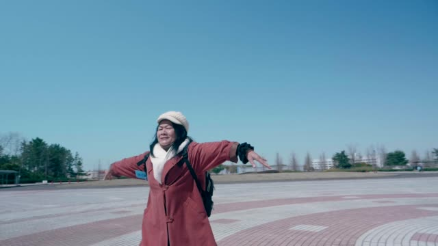 ich glaube, ich kann fliegen - aktiver senior stock-videos und b-roll-filmmaterial