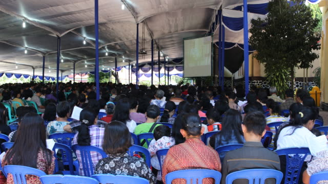 vidéos et rushes de believers are singing and praying at good friday during church service in indonesia in ambarawa in central java in indonesia / because the church is... - fidèle religieux