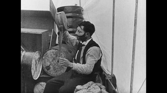 vídeos y material grabado en eventos de stock de 1923 believing himself stranded on the ocean man (buster keaton) is shocked to discover he is still tethered to the pier - 1923