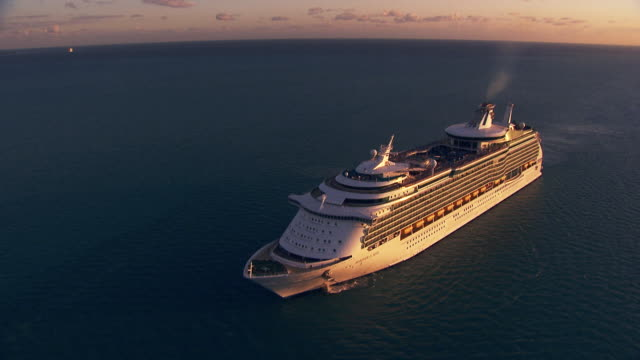 belize: mariner of the seas under twilight - kreuzfahrtschiff stock-videos und b-roll-filmmaterial