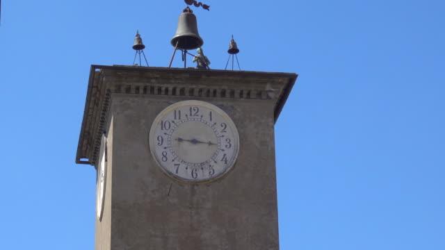 bell clock tower in the village of orvieto, tuscany, italy, europe. - klocktorn bildbanksvideor och videomaterial från bakom kulisserna