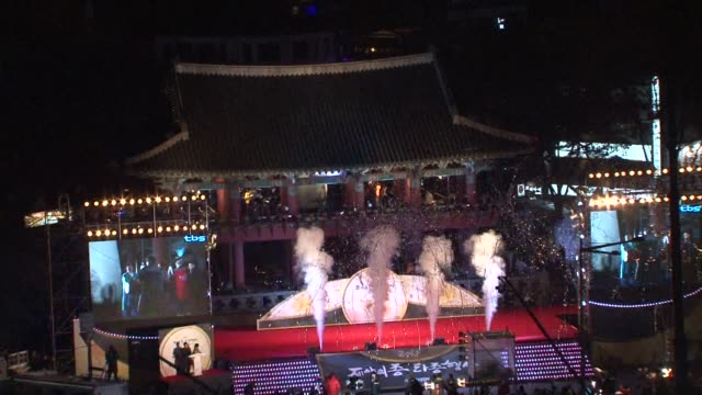 bell ringing and pop music has brought in the new year in seoul, watched by thousands of people clean : bell rings in new year in seoul on december... - capodanno coreano video stock e b–roll