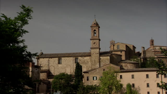 vidéos et rushes de a bell tower characterizes a brick building in the tuscan countryside. available in hd. - toscane