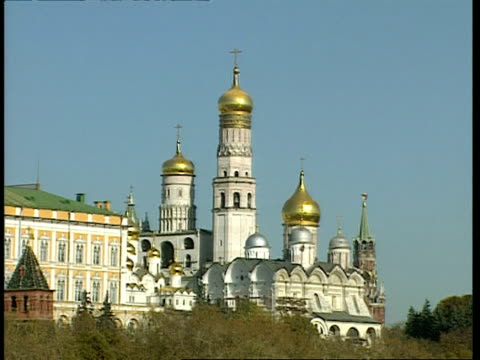vidéos et rushes de wa bell tower of ivan the great with gold domes, moscow - clocher élément architectural