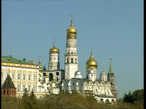 wa bell tower of ivan the great with gold domes, moscow - klocktorn bildbanksvideor och videomaterial från bakom kulisserna