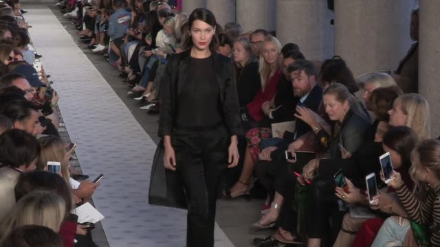 bella hadid and her fellow models on the runway for the max mara ready to wear spring summer 2018 fashion show in milan thursday september 21 2017... - 木曜日点の映像素材/bロール
