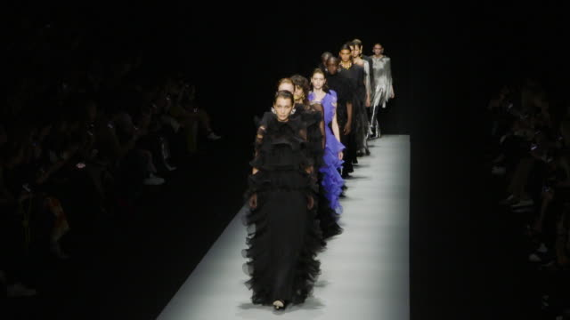 stockvideo's en b-roll-footage met bella hadid at milan fashion week women's fall / winter 2020 - 2021 - alberta ferretti on february 19, 2020 in milan, italy. - catwalk toneel